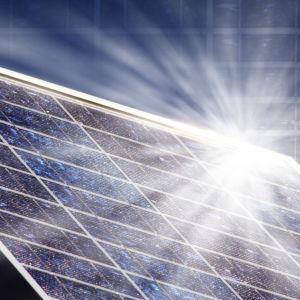 Solstrålar reflekteras mot solpanel.