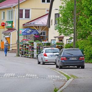 Bilar och hus längs väg