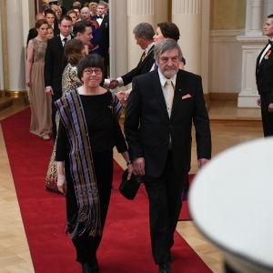 Kvina och man på väg in i presidentens slott