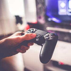 Spelkonsol i handen på en spelare.