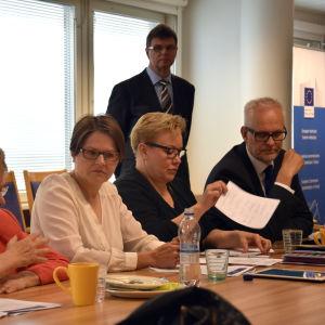 Europaparlamentarikerna Liisa Jaakonsaari (SDP), Heidi Hautala (Gröna), Sirpa Pietikäinen (Saml) och Petri Sarvamaa (Saml) på presskaffe i Helsingfors 27.6.2014