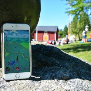 En smarttelefon med Pokémon GO på skärmen vid Brändö sund i Vasa
