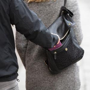 Tjuv stjäl plånbok ur väska.