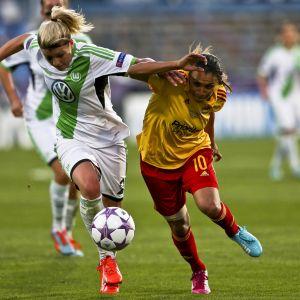 Lena Gössling och Marta i kamp om bollen.