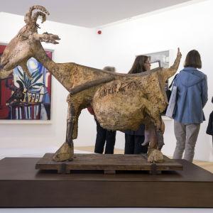 """Picassos skulptur """"Geten"""" vid öppningen av Picassomuseet."""