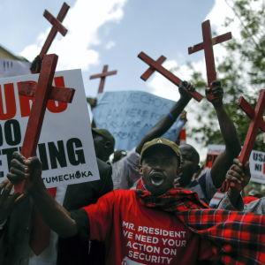 Demonstranter marscherar i Nairobi för ökad säkerhet i Kenya efter en terrorattack som al-Shabaab utförde i Mandera. Den somaliska gruppen utför ofta attacker i grannlandet Kenya.