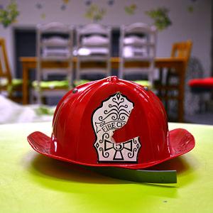 Leksaksbrandhjälm på ett bord