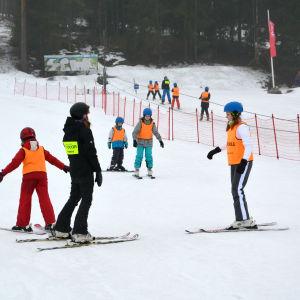 Skidskola i slalombacken