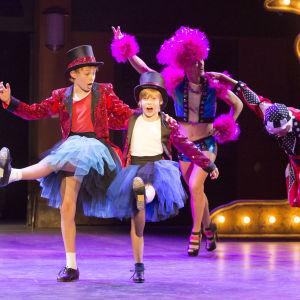 Lassi Hirvonen ja Kasperi Virta tanssivat HKT:n musikaalissa Billy Elliot