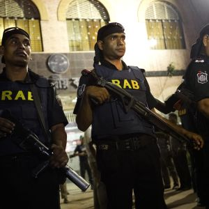 Tusentals poliser  kommnederades ut på gatorna efter avrättningen av islamistledaren Motiur Rahman Nizami som befara utlösa nya terrordåd