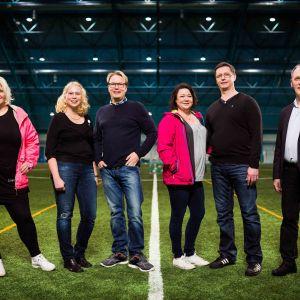 Futisvanhemmat-sarjan päähenkilöt: Ringa Salonen (vas), Kati ja Harri Ojala, Mari ja Mikko Niskanen sekä Heikki Heinonen