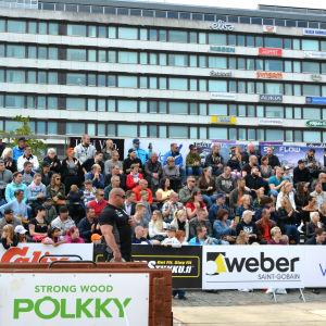 Domare och en läktare fylld med folk när Strongman Champions League går av stapeln i Vasa