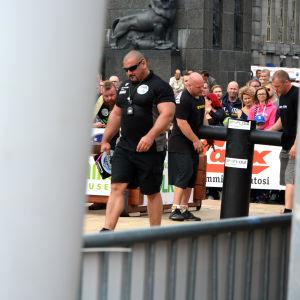 Funktionärer sätter tävlingsbanan i ordning på Strongman Champions League i Vasa.