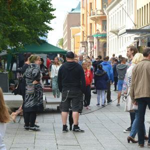 Vasa street food festival. Mycket folk på gågatan i Vasa.