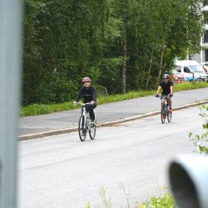 Två cyklister i sprintsträckan i Sun City Triathlon i Vasa på vägen