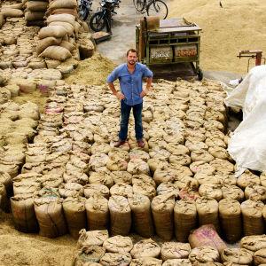 Jimmy Doherty ja riisisäkkejä Intiassa
