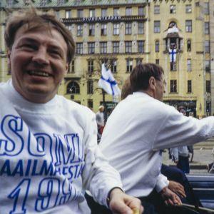Hannu Aravirta på guldfest i Helsingfors efter ishockey-VM 1995.