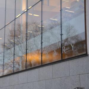 åbo stadsbibliotekets fönster utifrån