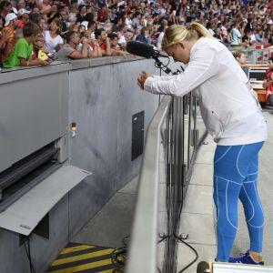 Jenni Kangas talar med Hannu Kangas på Olympiastadion i Berlin.