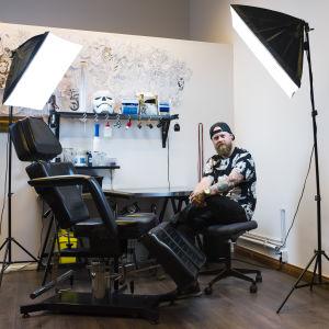 Tatueraren Nico Ström i sin studio.