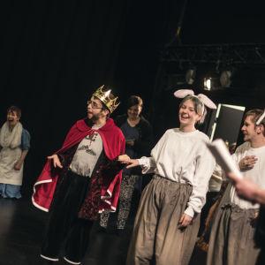 Teatergruppen Teater magnitude sätter upp pjäsen Alice i Underlandet på Tryckeriteatern i Karis.