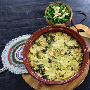 En ugnsform med grönkåls och potatisgratäng