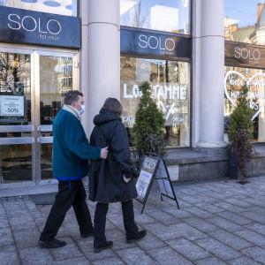 SOLO for men -liike lopettaa Mannerheimintiellä, -50% alennus -kyltti ovessa