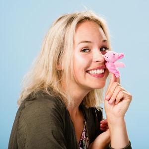 BUU-klubbens programledare Malin Olkkola i en fotostudio
