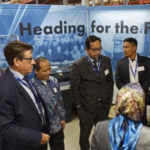 Landskapsdirektör Kaj Suomela besöker VEO med en delegation från Indondesien.