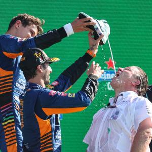 McLarenin tallipäällikkö maistoi samppanjaa kengästä, kun tallin kuskit Daniel Ricciardo ja Lando Norris ottivat kaksoisvoiton Monzassa.
