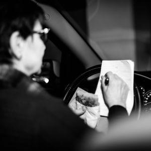 Socialarbetare arbetar och äter lunch i sin bil