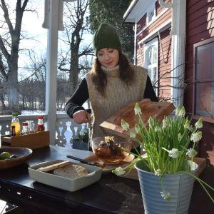 En kvinna gör mat utomhus