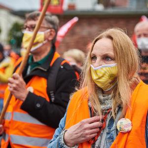 Lokalvårdare demonstrerar för högre löner i Berlin i mitten av oktober.