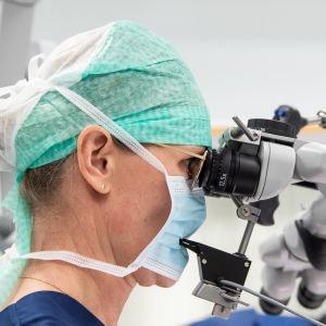 Neurokirurgi Melissa Rahi leikkasi Kirsin aivoista kasvaimen TYKSissä.