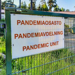 Skylt för pandemiavdelningen vid Näse hälsovårdscentral i Borgå