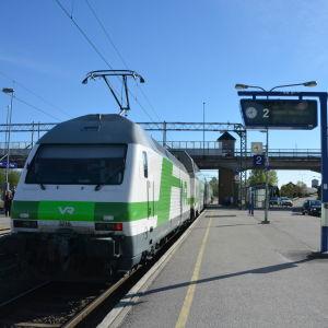 Tåg vid Karis järnvägsstation.