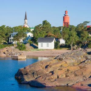 Vy av hav och strand i Hangö. I bild syns också Hangö vattentorn och kyrka.