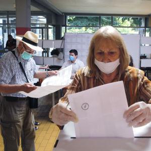 Äänestäjiä vaalihuoneella Kroatian pääkaupungissa Zagrebissa 5. heinäkuuta 2020.