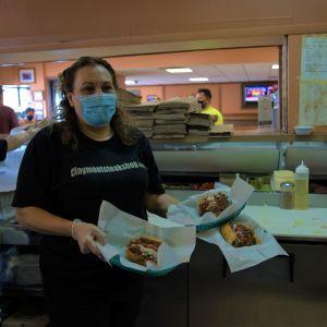 Restaurangföretagaren Irene Biklarian håller i portioner med Joe Bidens favoriträtt, Ostbiff med semla.