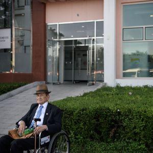 En man från Sydkorea väntar på att resa till Nordkorea för att återförenas med sin familj som splittrades i samband med Koreakriget.