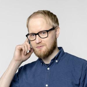 Pekka  Vahvanen plk puhelimess