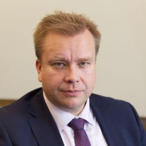 Porträtt av försvarsminister Antti Kaikkonen.