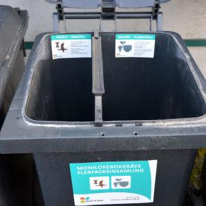 Avfallskärl för ett hushåll för bioavfall och blandavfall.