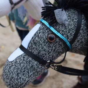 Käpphäst gjord av en stickad strumpa
