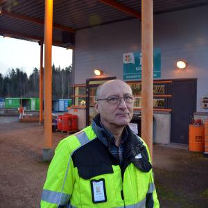 Man som står vid Lojo återvinningscentrum (Rosk´n Roll)