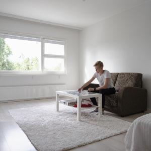 Jenni Torkki tekee asunnossaan palapeliä.