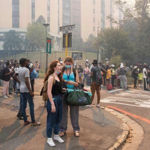 Hundratals studerande evakuerar undan branden i Kapstaden