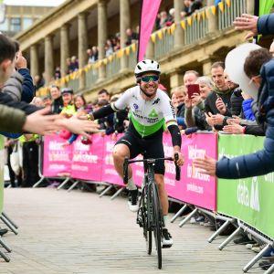 Cyklisten Mark Cavendish tas emot av publiken.