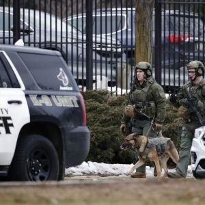 Poliisi partioi Molson Coorsin panimon ulkopuolella.
