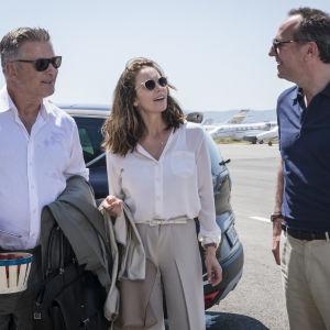 Michael (Alec Baldwin), Anne (Diane Lane) och Jacques (Arnaud Viard) står vid en bil och pratar.